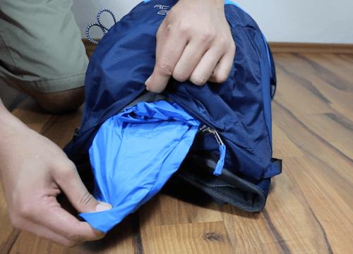 Der Deuter AC Lite Rucksack mit Regencape