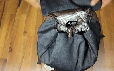 Der Burton Tinder Pack wird mit 2 Kordanzügen verschlossen