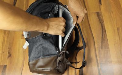 Eine seitliche Öffnung am Burton Tinder Pack für den Laptop