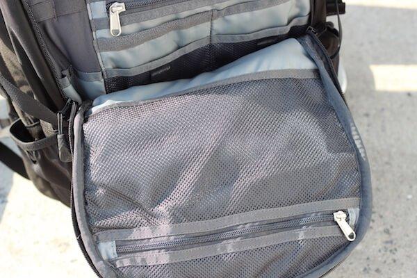 Im Vorderfach des North Face Surge Rucksack befindet sich eine Netztasche